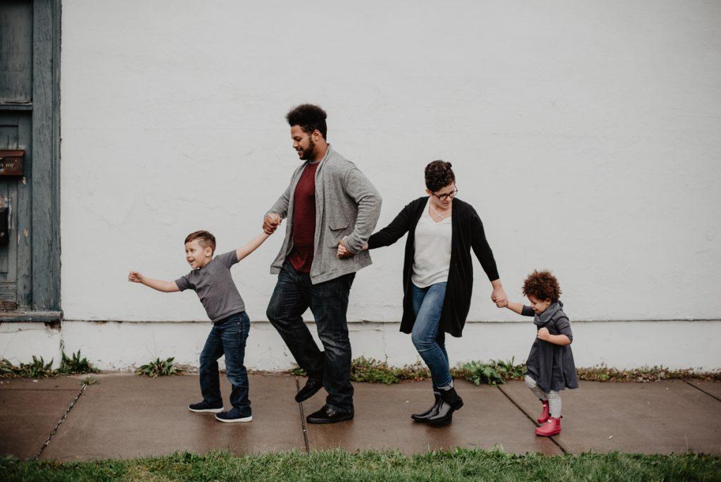 Tańcząca zadowolona 4 osobowa rodzina - fascynaci RIE