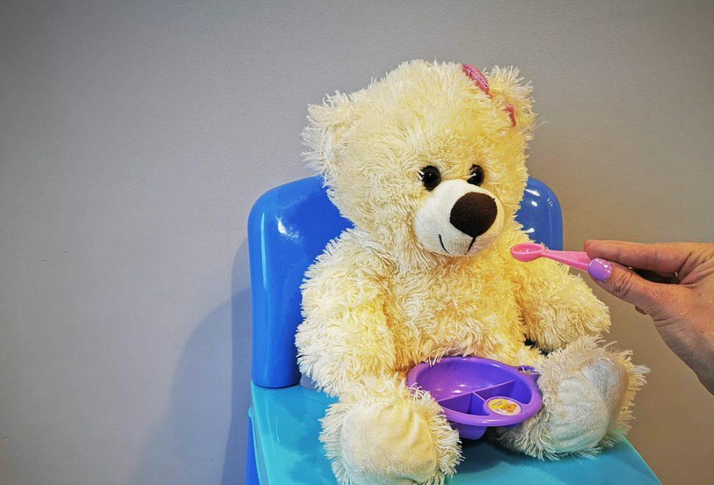 Siedzący miś na krześle, który nie chce rozszerzać swojej diety