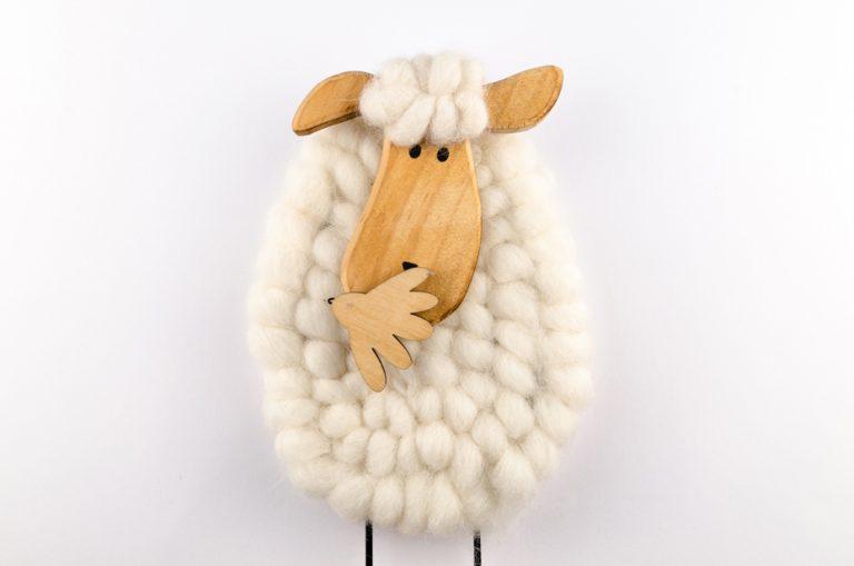 Owca zakrywa usta ręką - nie chce dać buziaka