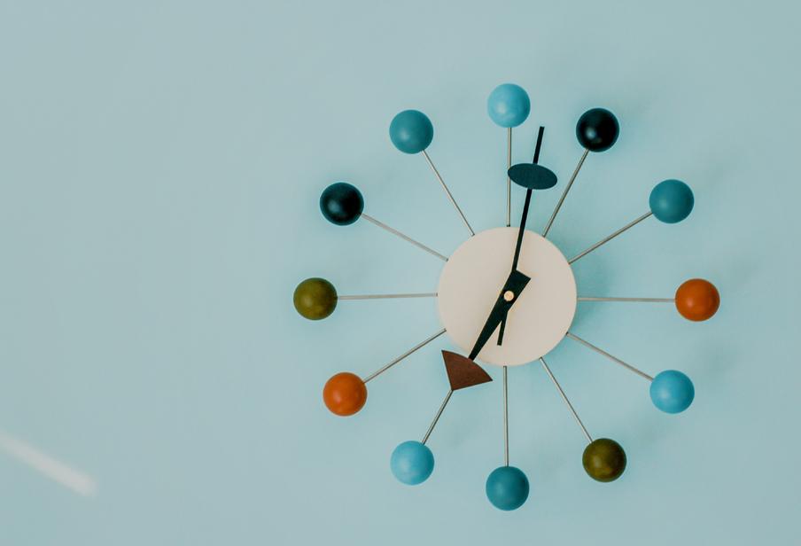 Zegar na niebieskim tle. Symbol mijającego czasu.