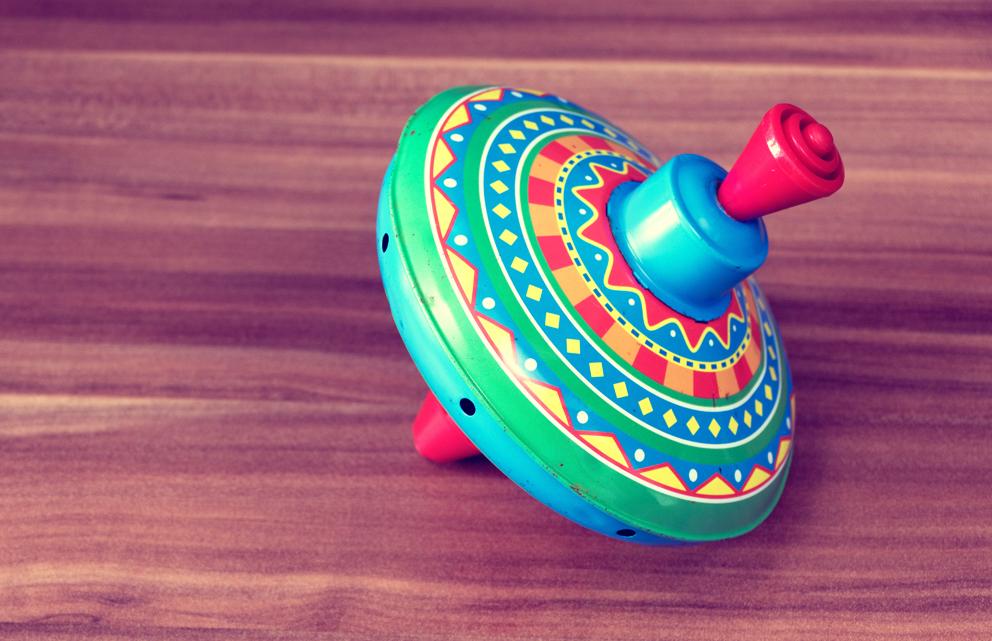 Samotna zabawka bąk na drewnianej podłodze