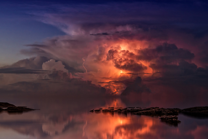 Spokojne niebo, zachód słońca. W oddali pokazana zachodząca złość nieba