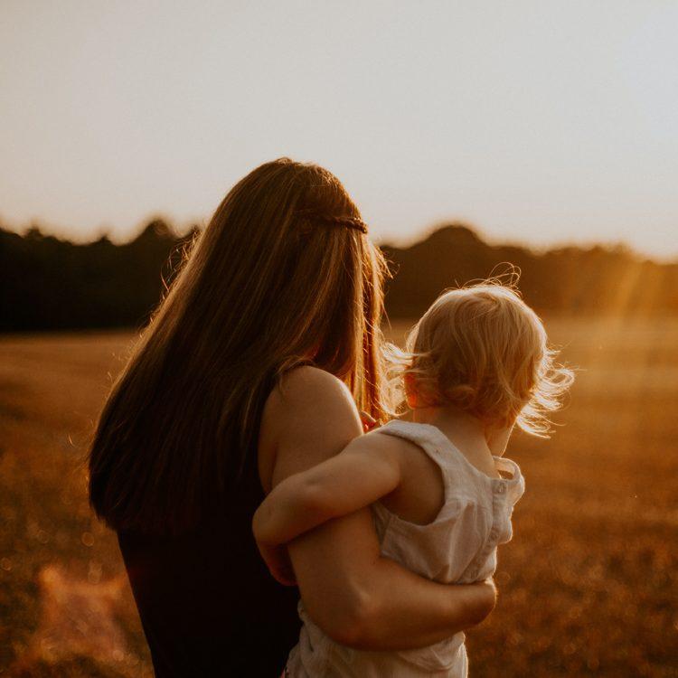 uważna mama z niemowlakiem na ręce