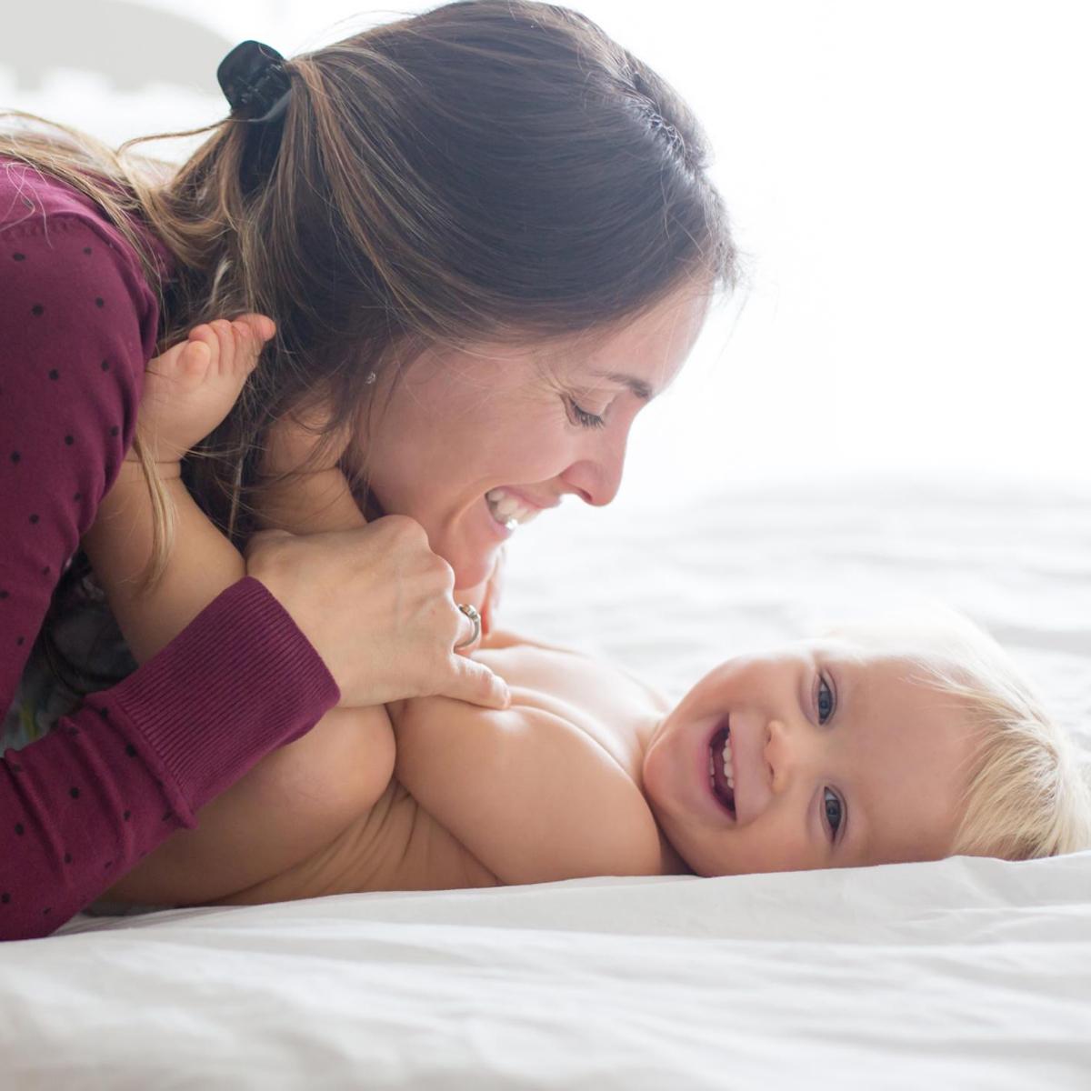 mama zmienia pieluszkę dziecku