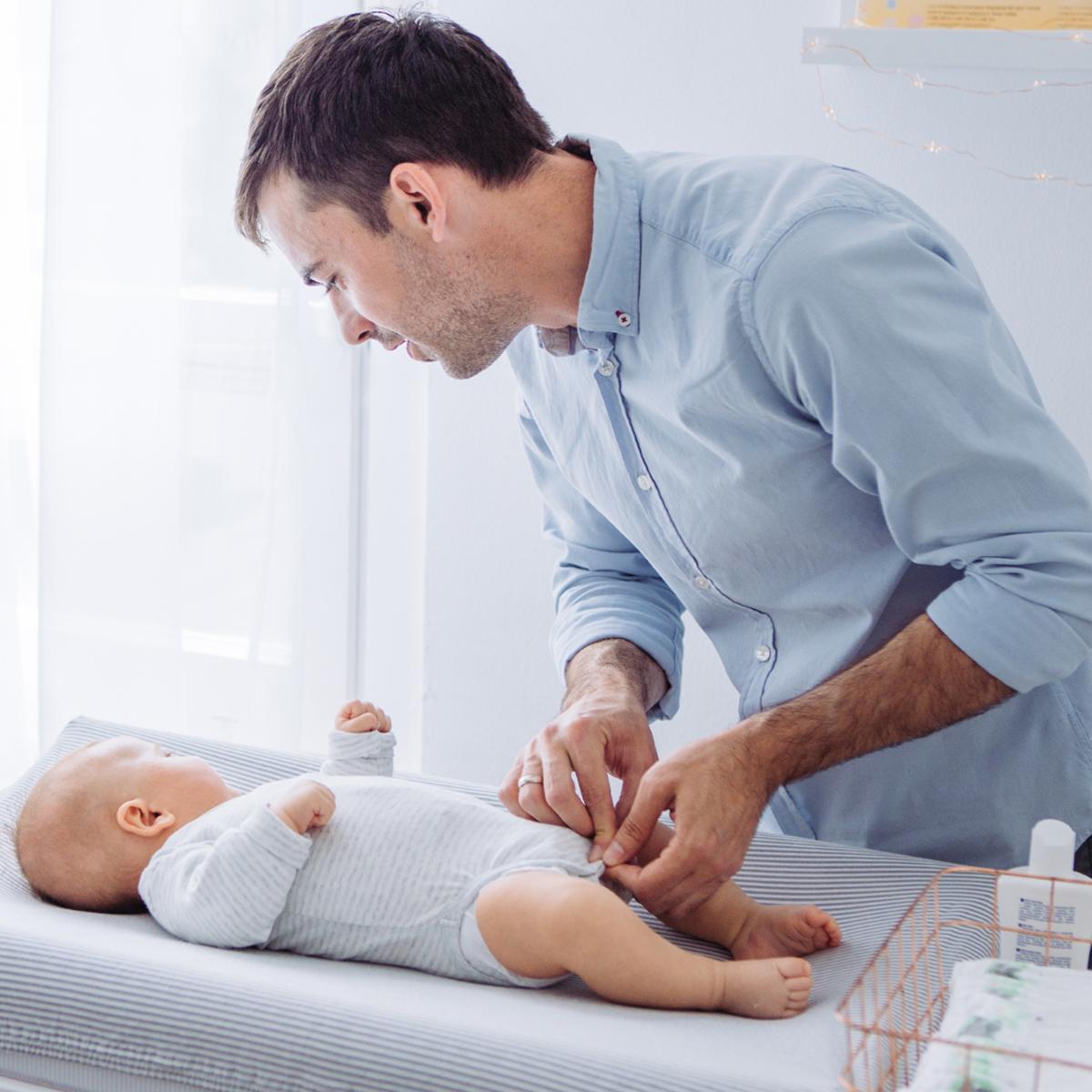 tata przebiera niemowlaka