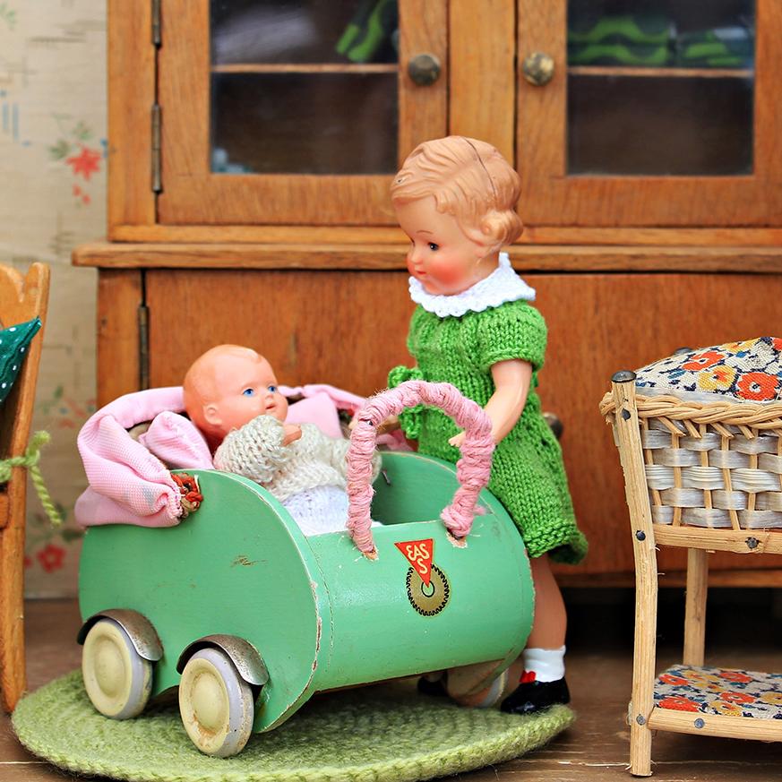 zabawki lalki duże dziecko i młodsze rodzeństwo w wózku