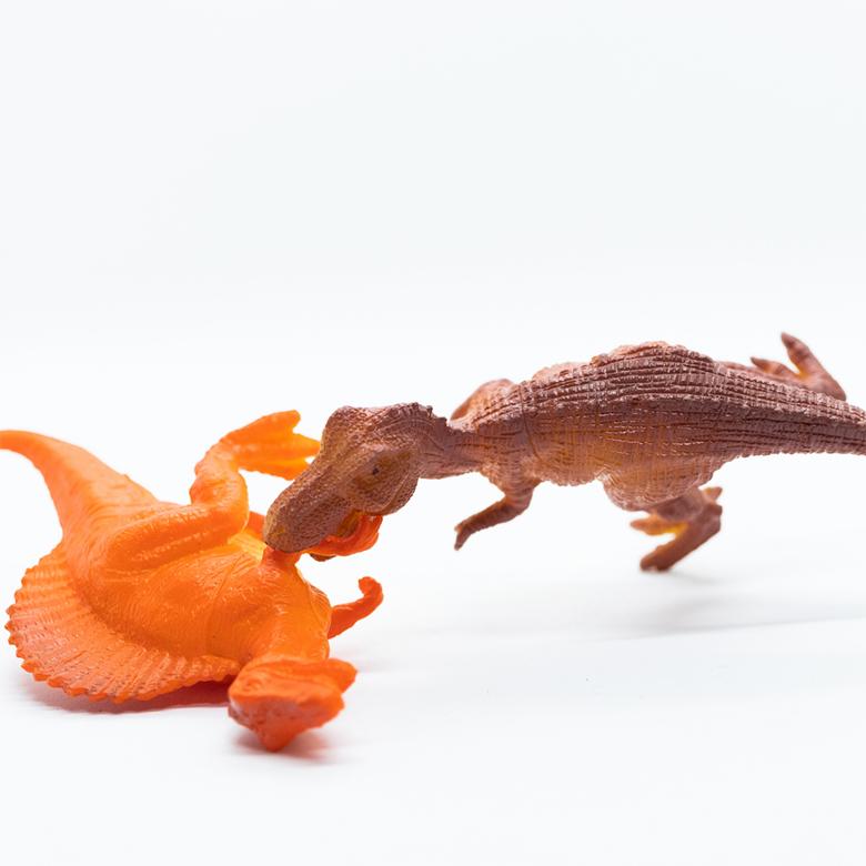 dwa dinozaury się biją