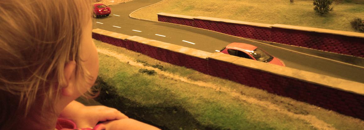 dziecko patrzy na autka